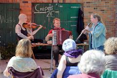 Kulturelle Landpartie im Wendland - Auftritt der Gruppe Schmarowotsnik mit Klesmer und jiddischen Liedern in Seedorf / Wendland.