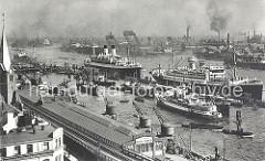 Zwei grosse Passagierschiffe liegen an der Überseebrücke - im Hintergrund Werftanlagen des Hamburger Hafens. Links der Kirchturm der Gustav Adolf Kirche, darunter Schienen und Viadukt der Hochbahn am Johannisbollwerk. Der Lagerschuppen und die Haf