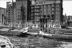 Fischerboote liegen am Altonaer Anleger; lks. ein Ewer mit Seitenschwertern. Am Elbufer die Speicher und Betriebgebäude der Weizenmühlen H.W.LANGE & CO .  (ca. 1938)