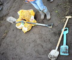 Gefüllte Kartoffelssäcke und Schaufeln - herbstliches Kartoffelfest auf dem Hof Wulksfelde.