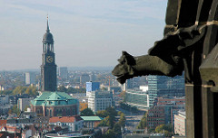 Blick von der Ruine der St. Nikolaikirche über die Dächer von Hamburg zur St. Michaeliskirche.