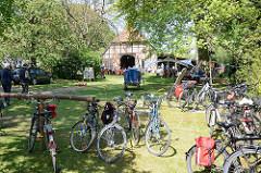 Kulturelle Landpartie im Wendland - Hof in Breese i. d. Marsch, abgestellte Fahrräder der BesucherInnen.