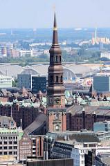 Kirchturm / Kupferturm der Hamburger Katharinenkirche - dahinter die denkmalgeschützte Architektur der Gemüsehallen in Hamburg Hammerbrook - re. im Hintergrund die Müllverbrennungsanlage MVA in Billbrook.