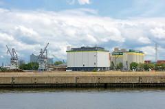Blick über den Kaiser Wilhelm Hafen zu Silos und Getreideheber im Kuhwerder Hafen.