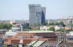 Blick über die Dächer der Neustadt Hamburg zu dem Hochhaus Tanzende Türme an der Hamburger Reeperbahn - in der Bildmitte das Dach vom Kontorhaus Slomanhaus am Baumwall, re. der Elbhof.