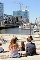 Sommer in der Hamburger Hafencity am Sandtorhafen - Mittagspause in der Sonne auf den Magellan-Terrassen.