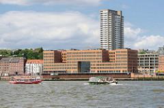 Blick über die Elbe - Wohnhäuser, Hochhäuser am Elbufer von Hamburg Altona / Grosse Elbstrasse. Barkassen mit Fahrgästen bei einer Hafenrundfahrt.
