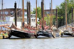 Historische, restaurierte Fischkutter liegen im Hafen am Köhlfleet in Hamburg Finkenwerder.