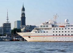 Bug der HANSEATIC; das Kreuzfahrtschiff läuft zu einer Expiditionskreuzfahrt aus dem Hamburger Hafen aus; das Passagierschiff hat eine Länge von 122,80 m und eine zugelassene Passagierzahl von 184; im Hintergrund der Kirchturm der St. Michaeliskirche