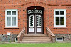 Eingangstür vom alten Schulgebäude von Sülfeld, erbaut 1913.