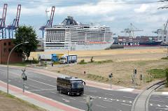 Das Kreuzfahrtschiff MSC SPLENDIDA  liegt im neu eröffneten Kreuzfahrtterminal Hamburg Steinwerder.