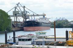 Frachtschiff im Dradenauhafen in Hamburg Waltershof - im Vordergrund Binnenschiff an ihrem Liegeplatz in Hamburg Finkenwerder.
