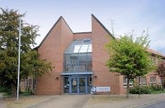 Moderne Architektur - Eingang der Kreisvolkshochschule, Geschäftsstelle Lüchow.