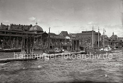 Fischereiboote liegen am Anleger vor der Fischauktionshalle Hamburg Altona; Netze sind zum Trocknen ausgelegt. Rechts das expressionistische Backsteinkühlhaus, das 1927 von den Hamburger Architekten Zerbe & Harder entworfen wurde.  (ca. 1938)