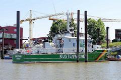 Schiff der Küstenwache / Zollschiff Kniepsand am Anleger im Köhlfleet von Hamburg Finkenwerder.