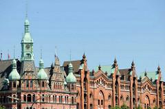 Kupfertürme - Dächer in der Speicherstadt Hamburgs - Turm vom Rathaus der Speicherstadt - Sitz der HHLA / Hamburger Hafen und Logistik AG.