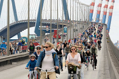 Fahrradsternfahrt in Hamburg - FahradfahrerInnen auf der Köhlbrandbrücke