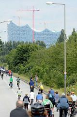 Fahrradsternfahrt im Hamburger Hafen - im Hintergrund die Baustelle der Elbphilharmonie.