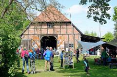 Kulturelle Landpartie im Wendland - Hof inBreese i. d. Marsch / BesucherInnen.