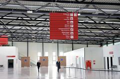 Cruise Center Steinwerder im Hamburger Kaiser-Wilhelm-Hafen; Eröffnung des Terminalgebäudes am 09.06.15 am Kronprinzenkai - Abfertigungshalle mit Hinweisschildern.