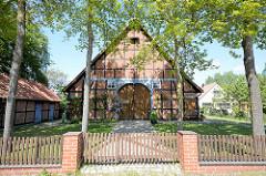 Restauriertes Fachwerkhaus - Holzzaun; Bilder aus dem Wendland, Breese i. d. Marsch.