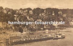 historisches Bild von Hamburg Blankenese; Blick auf die Landungsbrücken. Dicht gedrängt stehen die Ausflügler und Touristen auf dem Anleger und warten auf das Fährboot, das gerade anlegt.
