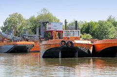 Baggergut aus dem Hamburger Hafen wird mit Schuten in das Köhlfleet gebracht und mit Sauganlagen in Hamburg Finkenwerder angespült.