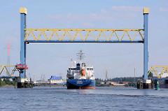 Der Tanker THEODORA läuft in den Hamburger Hafen ein - die Kattwykbrücke ist hochgefahrten, das Tankschiff passiert die Hubbrücke und fährt Richtung Süderelbe, Tankhafen Harburg.