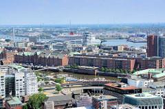 Blick über die Dächer der Hamburger Neustadt zum Binnenhafen und Bürogebäude / Speicherstadt am Zollkanal.