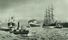 Historische Hafenszene auf der Elbe im Hamburger Hafen - Passagierschiffe laufen aus, Schlepper ziehen die Dampfer, ein Segelschiff wird von zwei Schleppern in die Fahrrinne gezogen; ein Schlepper überquert den Fluss mit einer Schute im Schlepp.