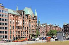 Bilder von der Hamburger Speicherstadt - Blick mom Sandtorkai zum Brooktorkai - Lagergebäude, Verwaltungsgebäude.