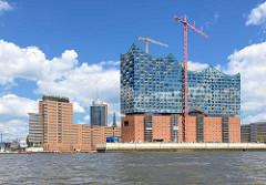 Wasserseite der Elbphilharmonie - dahinter Bürogebäude am Kehrwieder; Bilder aus dem Hamburger Stadteil Hafencity.