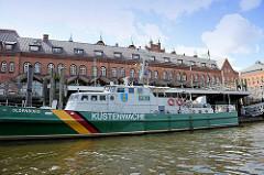 Zollboot Oldenburg der Küstenwache - das Einsatzboot vom Deutschen Zoll liegt als Museumsschiff im Zollkanal vor dem Zollmuseum in der Hamburger Speicherstadt.