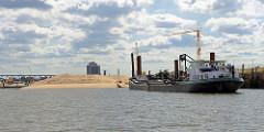 Ein Laderaumsaugbagger bringt den Sand für die Aufschüttung der künstlichen Halbinsel im Baakenhafen, Hafenbecken in der Hafencity Hamburgs.