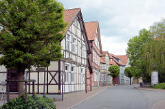 Wohnhäuser, Fachwerkkonstruktion in der Wallstrasse von Lüchow - Strassenbäume.