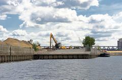 Ehem. Laderampe für die Beladung von Frachtschiffen mit z.B. Autos im Baakenhafen in der Hamburger Hafencity. Um das Hafenbecken sollen ca. 2000 Wohnungen errichtet werden, ein Drittel davon Sozialwohnungen.