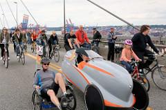 Fahrradsternfahrt in Hamburg - FahradfahrerInnen auf der Köhlbrandbrücke; Liegerad.