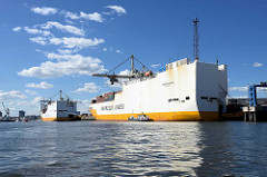 Zwei Frachtschiffe - RoRo Frachter am O'swaldkai im Hamburger Hansahafen - einem der Hafenbecken im Hamburger Hafen, Stadtteil Kleiner Grasbrook.