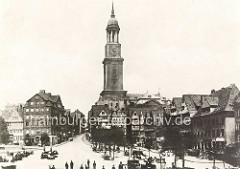 Markt auf dem Schaarmarkt in Hamburg Neustadt; Wohnhäuser um den Marktplatz - Kirchturm vom Michel, ca.  1900.