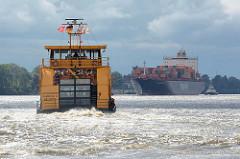 Gewitterhimmel über der Elbe im Hamburger Hafen - die Fähre Altenwerder kreuzt den Fluss und fährt Richtung Bubendeyufer / Finkenwerder; ein Containerschiff läuft in den Hafen ein.