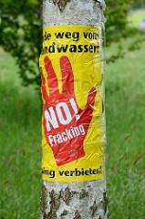 Aufkleber an einer Birke im Wendland - Hände weg vom Grundwasser - NO fracking, fracking verbieten.