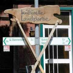 Schild Kulturelle Landpartie, Hinweisschilder für RadfahrerInnen nach Dannenberg, Quickborn und Sipnitz.