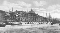 Blick auf die Altonaer Fischauktionshalle von der Elbseite ca. 1905; Fischerboote liegen am Anleger vor der grossen Fischhalle mit der Glaskuppel. Eine Wassertreppe mit eisernem Rundbogen führt zum Anlegeponton.(ca. 1925)