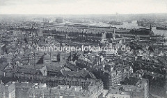 Historische Fotografie - Dächer der Altstadt Hamburgs mit Blick zur Speicherstadt; re. der Kaispeicher A / Kaiserspeicher, lks. der Gasometer der Gasanstalt auf dem Grasbrook.