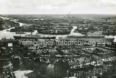 Blick über die Dächer der Hamburger Neustadt auf die Werften im Hafen Hamburgs - zwei Passagierschiffe haben an der Überseebrücke festgemacht.