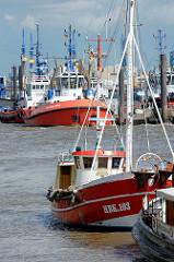 Fischkutter im Hafen von Hamburg Oevelgönne - im Hintergrund liegen Schlepper in Neumühlen.