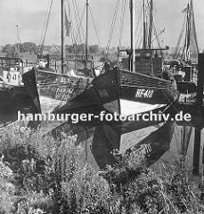 """Fischerboote liegen im Finkenwerder Hafen - das Kennzeichen am Bug des rechten Fischereibootes """"HF"""" zeigt die Herkunft des Schiffs aus Hamburg Finkenwerder."""