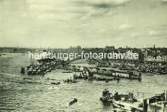 Blick über den Niederhafen zu der Überseebrücke und den St. Pauli Landungsbrücken im Hamburger Hafen.