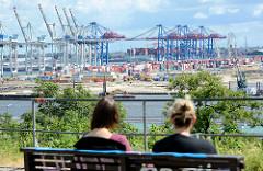 Blick vom Altonaer Balkon über die Elbe zum Hamburger Hafen - Containerbrücken / Containerlager des Containerterminals Tollerort in Hamburg Steinwerder.