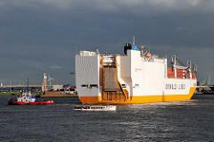 Das RoRo Frachtschiff GRANDE ARGENTINA läuft in den Hamburger Hafen ein - das Frachtschiff wendet vor dem Hansahafen im Hamburger Stadtteil Kleiner Grasbrook; dunkle Gewitterwolken.